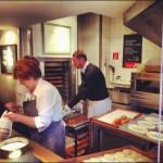 Die offene Küche des Café Frischhut